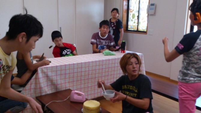 8月9日(木)今日も晴れ、ケーキを飾りつけして、お誕生日会をしました。お昼ご飯のカレーもケーキもみんなおかわりしました