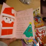 プレゼントは、指導員の手作りとお菓子の詰め合わせです