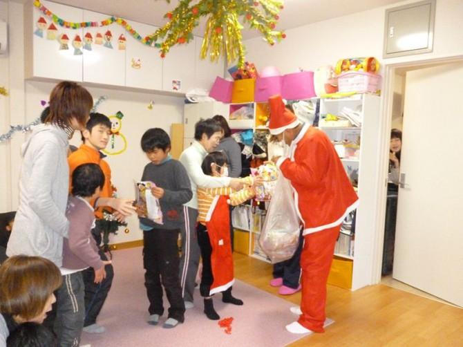 12月19日(水)今日は、放課後デイサービスのクリスマス会です。サンタの登場にみんな大喜びです。