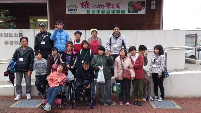 12月2日(日)寒い寒い冬の1日でしたが、桃の里で、地元のお母さんたちに教わって、おいしい、おいしい、お菓子を作りました。
