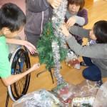 クリスマスツリーをみんなで、お片付けです