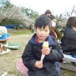 大好きなソフトクリームを食べます