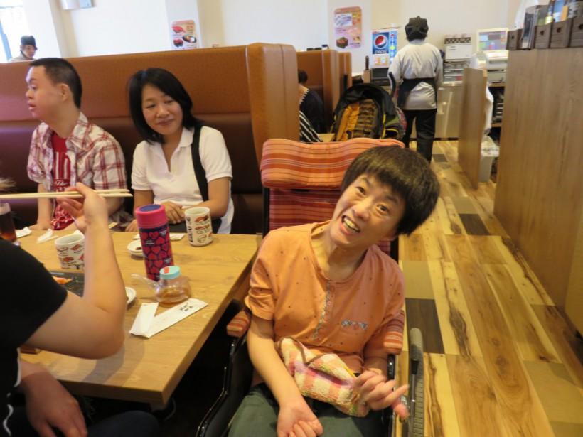 9月の移動支援は、和歌山イオンに行きました。都会の雰囲気に、わくわく、ドキドキ!でも、すごい人でした!