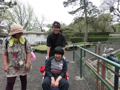 忍者さんに車いすを押してもらってうれしい女の子